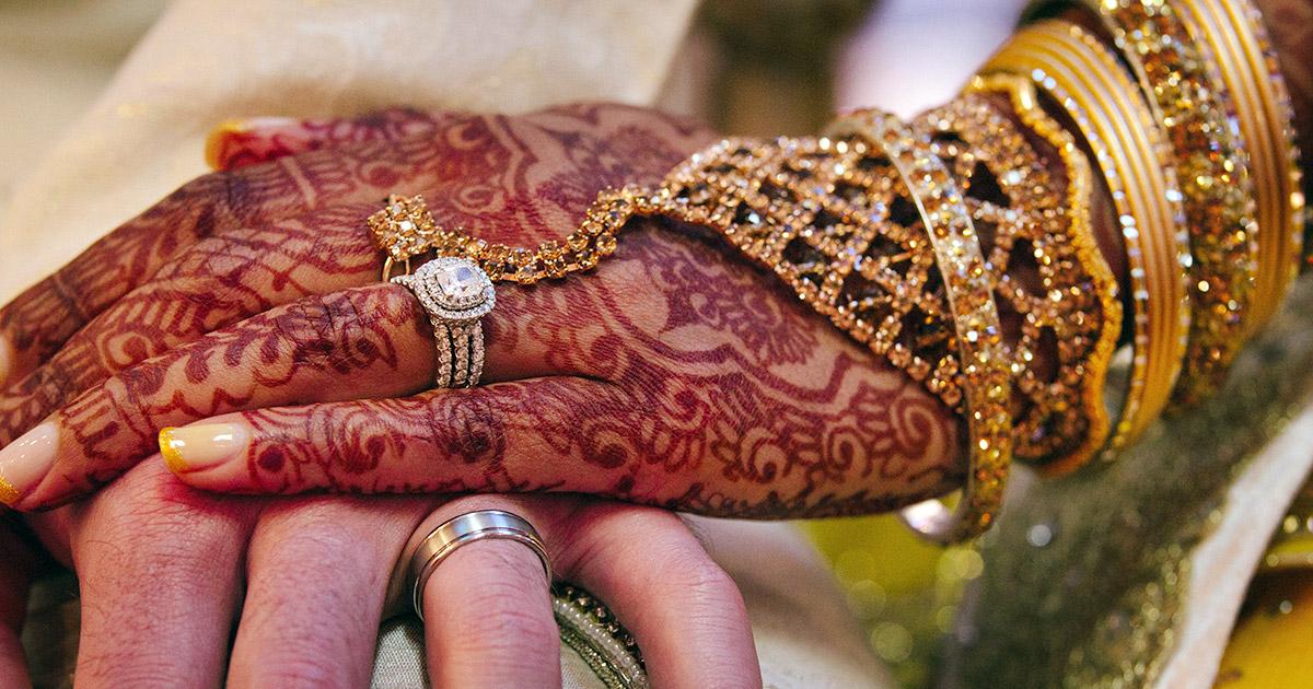 Mano di una sposa decorata con henné